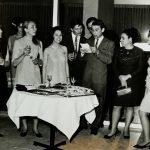 İktisadi Devlet Teşekkülleri Semineri için Ankara'da bulunan çevirmenler. Hasan Akbelen, ertesi günün programını akşam kokteylinde açıklıyor. (1968)